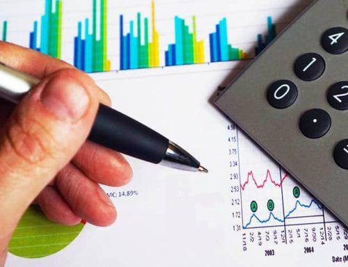 ¿Qué normativa regula la instalación de repartidores de coste y contadores en instalaciones de calefacción central?